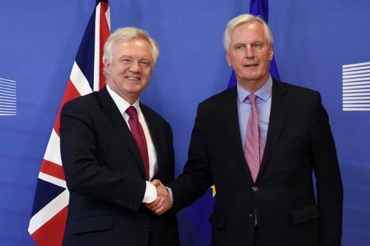 데이비드 데이비스(왼쪽) 영국 브렉시트 협상 수석대표와 미셸 바르니에 유럽연합(EU) 협상 수석대표가 협상 시작에 앞서 악수하고 있다./브뤼셀=AFP연합뉴스