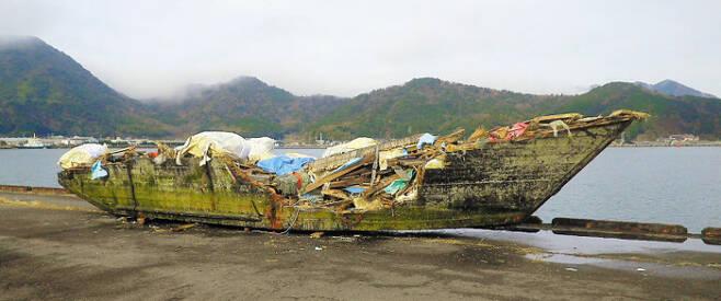 작년 11월 일본 교토부 마이즈루(舞鶴)시 오바세(小橋)항에서 발견된 북한 소형 목선의 모습이다. 길이 12m, 폭 3.1m 배 안팎에선 백골 상태 시신 9구가 발견됐다. 일본 전문가들은 북한 어민들이 무리하게 고기잡이를 하다가 표류돼 일본 서부 해안으로 떠밀려 오는 것으로 추정하고 있다. /마이즈루시