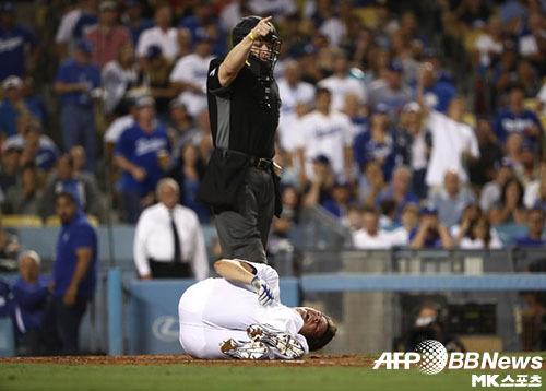 다저스 선발 힐은 12일(한국시간) 경기 도중 사구에 목을 맞았다. 사진(美  로스앤젤레스)=ⓒAFPBBNews = News1