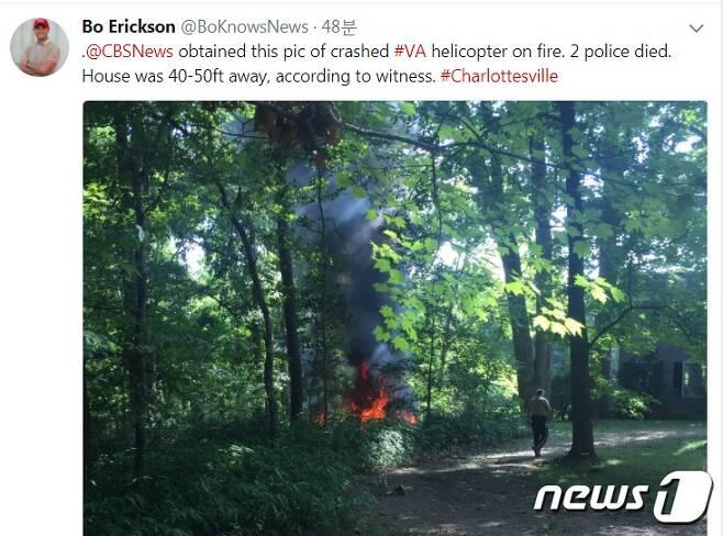미국 버지니아주에서 열린 백인우월주의자 대규모 폭력시위를 정찰하던 헬기가 추락해 2명이 숨졌다.  (트위터 갈무리)© News1