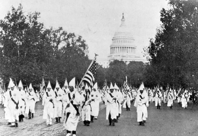 1927년 워싱턴 의사당 앞을 행진하는 큐클럭스클랜(KKK) 단원들. 출처: FBI 누리집