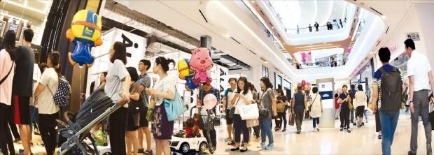 지난해 9월 경기 하남시에 문을 연 국내 최초 쇼핑 테마파크인 '스타필드 하남'. 공정거래위원회는 백화점이나 대형마트에 적용되는 '대규모유통업법'을 스타필드 하남 같은 복합쇼핑몰에도 적용하기로 했다.  한경DB
