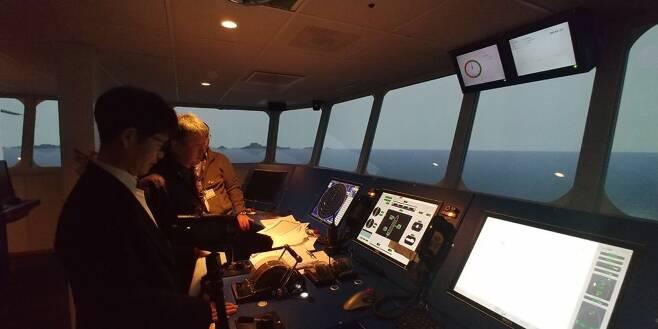 지난 2월19일 네덜란드 바헤닝언에 있는 해양 연구소 마린에서 전남 진도 병풍도 등 사고 당시 해역의 지형과 조류를 그대로 적용한 가상 화면을 띄워놓고 '실시간 항해 시뮬레이션'을 진행하고 있다. 선체를 직접 조종하며 사람의 조타 행위와 사고 당시 해역의 조류·방향·세기가 세월호 침몰에 어떤 영향을 미쳤는지 등을 확인하는 작업이다.