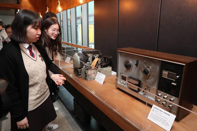 세운전자박물관을 찾은 관람객들이 1968년에 제작된 파라소닉 오프릴 테이프 레코더와 원형 브라운관을 살펴보고 있다. 우상조 기자