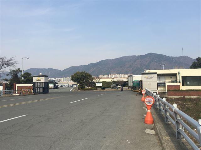 참 크다. 쉐보레 창원 공장 새차 인도 사무소를 가려면 다리를 건너야 한다.