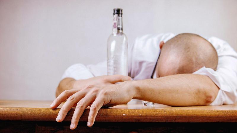 잠이 안올때 술로 잠을 청하는 사람들,  술이 정말 수면에 도움이 될까?