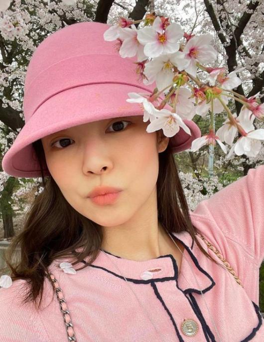 블랙핑크 제니, 500만원대 명품 카디건 입고 벚꽃 구경