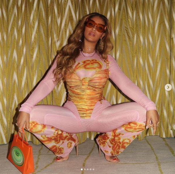 비욘세, 몸에 밀착되는 타이츠 패션... '쩍벌' 포즈 근황 공개해