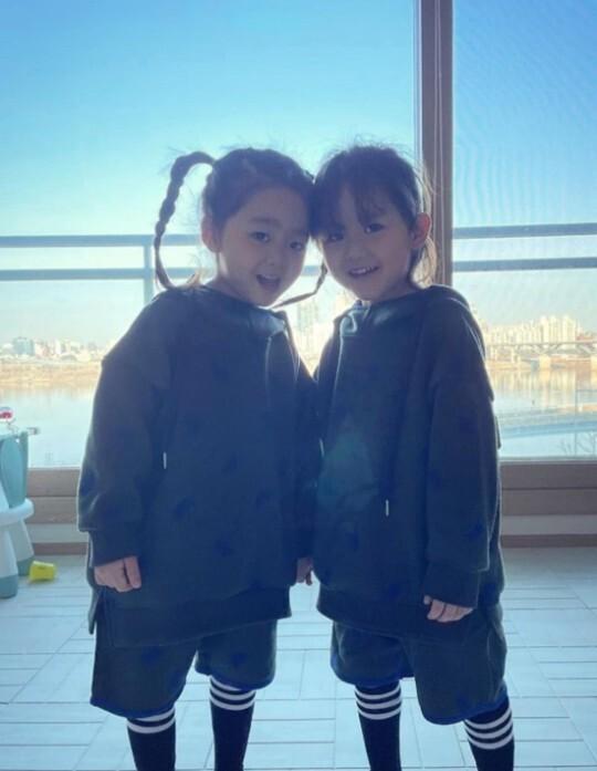 '한그루 판박이' 쌍둥이, 엄마 닮아 끼 가득…어린이 모델 같아