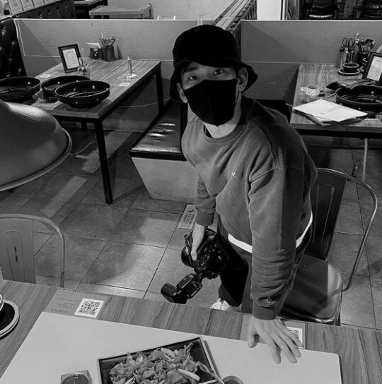 김수현, 마스크 뚫고 나오는 잘생김…막 찍어도 화보