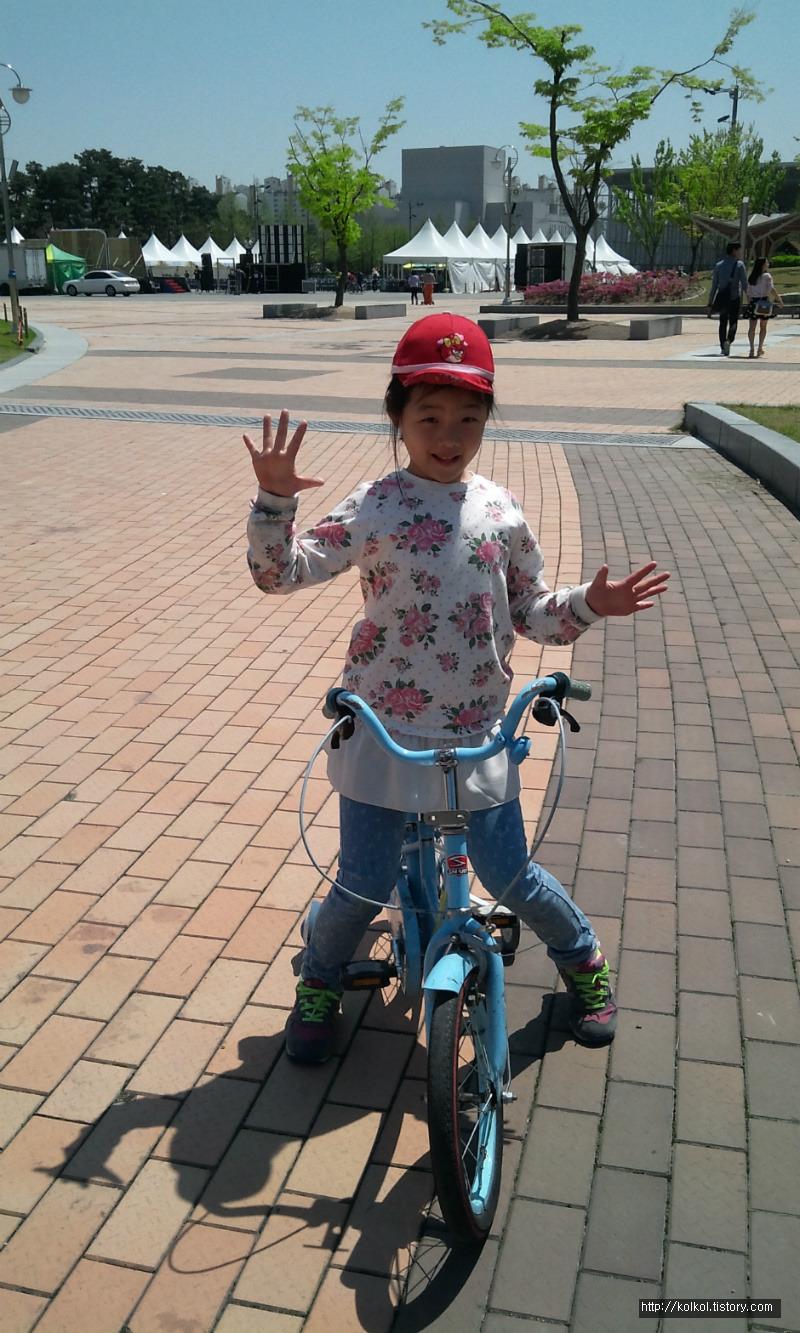 토요일 아빠와 초등학교 2학년 진빵이는 대전 남문광장에서 두발자전거를 타는 연습을 했답니다!! 엄마없이 ...ㅠㅠ