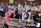 朴 전 대통령 자택 앞 취재진 폭행한 60대 체포