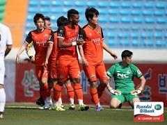 강원, 서울 이랜드 2-1 꺾고 5연승..2위 등극