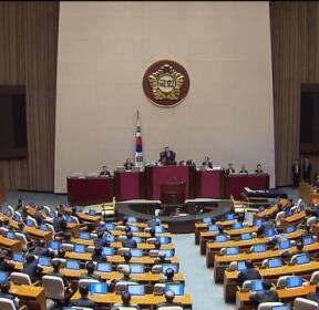 대통령 탄핵소추안 압도적 가결, 찬성 234표