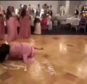 """[별별영상] """"행복해서 그만"""" 춤추다 굴욕 당한 신부"""