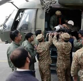 헬기로 옮겨지는 파키스탄 시장 폭탄테러 부상자