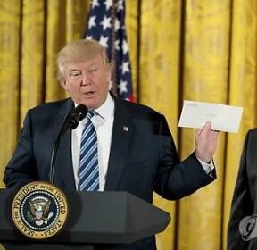 '오바마 편지' 꺼내 든 도널드 트럼프 美 대통령