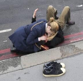 런던 웨스터민스터 다리, 부상자 돕는 여성