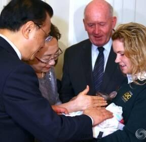 아기 왈라비 만져보는 리커창 중국 총리 부부