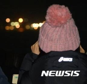 세월호 반잠수정 선적..미수습 가족들 '안도감 속 기대'