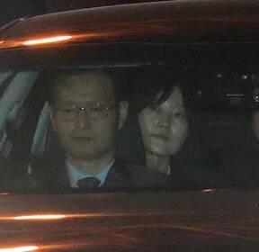 """[포토사오정]""""내가 가운데?""""..박근혜 전 대통령 검찰차량 뒷좌석 앉아 검찰청으로 이동"""