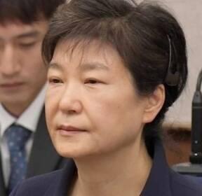 '여유 생긴' 박근혜, 2차 공판..변호인-재판부 신경전