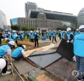 광장 천막 철거하는 서울시 관계자들