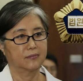 최순실, 법정서 휴대전화 '만지작'..재판장 엄중 경고
