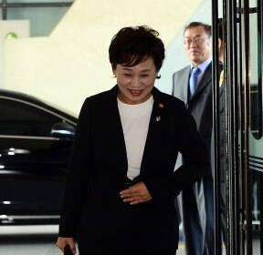 출근길 인사하는 김현미 국토교통부 장관