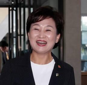 첫 출근, 밝게웃는 김현미 장관