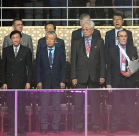 애국가가 나오자 시선 돌리는 장웅 北 IOC위원