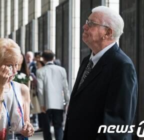 전쟁기념관 찾아 눈물 흘리는 6·25 참전용사와 가족