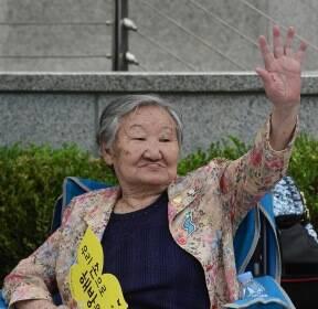 손 흔드는 길원옥 할머니