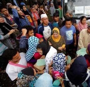 필리핀, 구호품 타는 실향민들