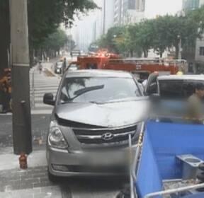 승합차, 노인보호센터 차량 충돌..노인 7명 부상