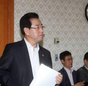 [포토사오정] 긴장된 국정현안회의, 더 긴장한 농림수산식품부 장관