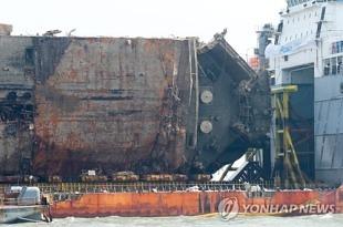 세월호 왼편 천공작업, 기름 나와 중단..28일 재개 검토