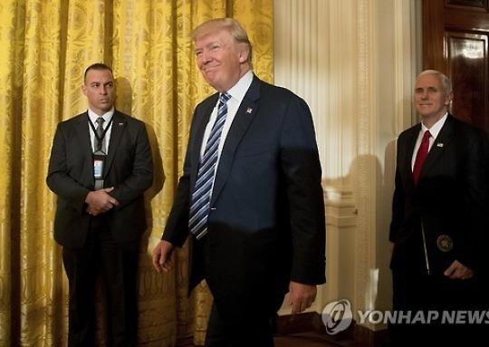 """트럼프 '대선개입 논란' 코미 FBI국장 포옹..""""나보다 더 유명"""""""