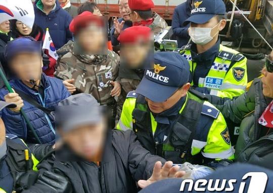 탄핵심판 임박, 태극기 집회..분신시도에 폭행까지