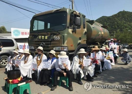 성주골프장 입구서 주민 200명, 군 차량 막아