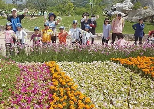 화창한 황금연휴 첫날..꽃·나비 따라 나들이객 '북적'
