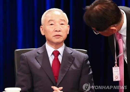 """남재준, 대선후보직 사퇴 """"홍준표 지지한다"""""""