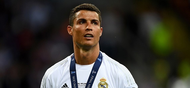 호날두, UEFA 최우수선수 선정..2년 만에 왕좌 탈환