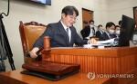 [연합뉴스] 의사봉 두드리는 이춘석 기재위원장