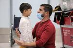 '나홀로 탈출' 세살배기 아프간 소년, 캐나다 아빠 극적 상봉