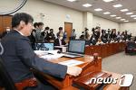 [NEWS 1] 의사봉 두드리는 이춘석 위원장