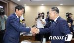 [NEWS1] 악수나누는 홍남기 부총리와 이춘석 기획재정위 위원장