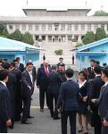 판문점 회동: 트럼프, 김정은의 역사적인 '번개팅'.