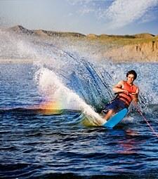 스키를 타고 시원하게<br>물살을 가르며 달리자