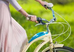 자전거 체인에 치마끼인 사람을 돕다.